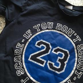 Varetype: T-shirt Størrelse: 6år Farve: Blå Prisen angivet er inklusiv forsendelse.