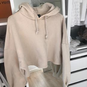 Cropped hoodie fra gina tricot Brugt nogle gange  Virkelig lækker at have på Sælges også bukserne