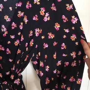 Gennemknappet skjorte med blomsterprint fra Gestuz 🌺  Den er en smule kort og bred i snittet og har trekvartærmer med en smule balloneffekt samt bånd til taljen.   100% viskose