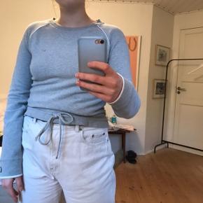 NIKE Sweatshirt i grå med bånd.  Købt brugt og derfor tegn på slid (den er lidt nusset - spørg gerne for flere billeder)  Str. M men lille, så vil mene, at den passer S.  Jeg er selv en str. 38, og der er stram ved armene på mig.   BYD