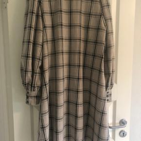 Virkelig fin skjortekjole fra Gestuz. Smukke detaljer ved skulder og ærmer. Oversize.  Brugt få gange, da farven simpelthen ikke klær' mig 😐 I fin stand!