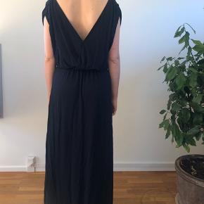 Lang, mørkeblå Arket kjole, str. S, med åben ryg. Brugt én gang.
