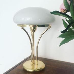 Meget smuk messinglampe med skærm i opalglas. Lampen har lette brugsspor på foden, men fremstår generelt fin og velholdt. Mål: H: 42 cm.