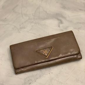 PRADA • WALLET 1100,-   Rummelig pung fra Prada med plads til både kort, sedler, mønter og mobilen! (iPhone xs)   Pungen er i grøn med guld hardware. Standen er god med brugs tegn. Mål L 18 cm H 9,5 cm
