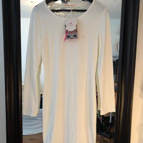 Helt ny kjole. Råhvid med blonder på ryggen. Str. Small men kan både passe en str. Small og medium.