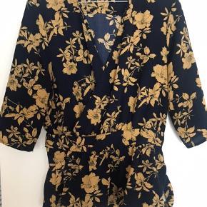 Smuk wrap bluse i polyester. Brugt 1 gang. Alm i str
