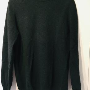 Grøn uld-sweater fra COS der desværre er krympet en smule i vask, så den nu passer i str. Medium.