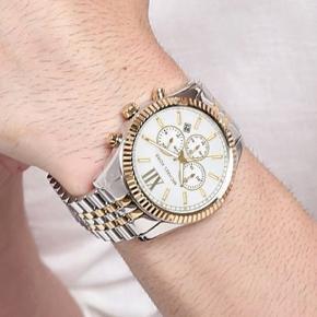 Michael kors dame ur i herrelook stil.. virkelig smuk og sej dameur.  Den er både sølv og guld.  Næsten aldrig brugt  Æske følger med Kan bruges som gave!   Sælges fordi jeg samler op til andet.