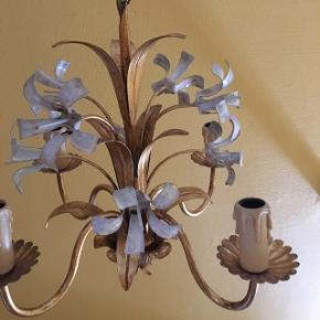 Fin fransk loftslampe i super stand. Guld og off White med blomster med guld blade