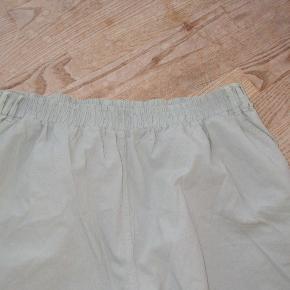 Flotte klassiske bukser i sandfarvet.  Bemærk den lille slids forneden ved benene.  Slridtlængde ca. 78 cm.   ALDRIG BRUGT - STADIG MED TAGS.  Se også mine over 100 andre annoncer med bla. dame-herre-børne og fodtøj