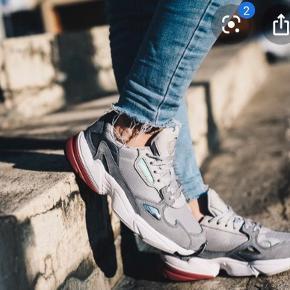 🌸🌸KØB FOR 400 KR. I WEEKENDEN🌸🌸  Adidas Falcon Grey/Pink model, sælges da de ikke passer i størrelsen. Standen står som ny, meget velholdte og næsten ikke brugt. Det er en størrelse 37 1/3 og nypris er 799 kr.   Modellen hedder: D96698   Kan sendes på købers regning🌸