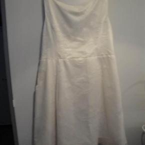 Brand: syet af en her på TS Varetype: blonde kjole Farve: se billed  Brystmål: ca. 2 x 62, 5 cm.   Længde: 114 cm.