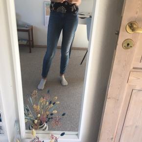 Flotte jeans fra Calvin Klein Jeans. Intet tegn på slid, sælges kun da de er i forkert størrelse.  Det er en størrelse 26x30  Ny pris er 800 kr, derfor sælger jeg dem til 300 men byd gerne☺️