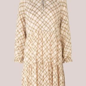 Smuk ternet kjole fra Second female. Brugt få gange - fejler ingenting.  Nypris 899 kr. Mp. 299 kr.  Sælger også en masse andre varer fra Envii, ZARA og Custommade