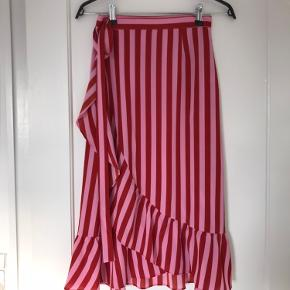 Super fin slå-om nederdel fra Neo Noir. Kun brugt to gange.   Køber betaler porto eller afhentes hos mig tæt ved Femøren, Amager. Bytter ikke. Fast pris.