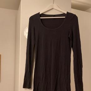 Grå/sort kjole fra Vero Moda. Har meget stretch i💚