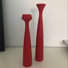 Applicata lysestager  - fremstår i meget fin stand   Den ene er 29 cm og den anden er 24 cm høj Farven er rød/orange  Nypris for begge var 730 kr   Byd gerne