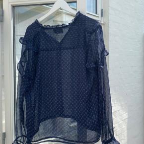 Super fin Neo Noir bluse Næsten ikke brugt/vasket Passer nemt en M også🌸 Nypris: ca. 399kr Smid gerne et bud pb eller brug køb nu☺️