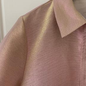 Skjorte eller let jakke i farven pink flamé. Brugt få gange og fremstår som ny.  Bud er velkomne 💜🌸