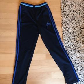 Blå Adidas træningsbukser. Rigtig god stand, da de er brugt meget lidt. Str 13/14 år eller 164