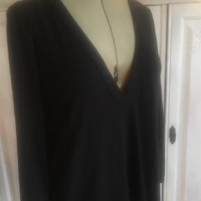 Varetype: Bluse Farve: Sort  MASAI sort bluse Str M. ÆG/BM:  50 x 2 - L: 73 cm. Lækkert lidt tungt stof, falder så flot 🌸 Sender gerne 🌸