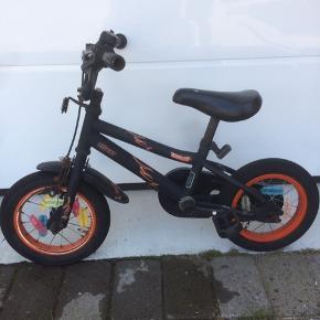"""Rocky 12"""" cykel Godt brugt, men fungerer fint. Perfekt som ekstra cykel hos bedsteforældrene eller på campingpladsen.  Afhentes i skads"""