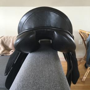 Kentauer Athen dressursadel sælges!   Super lækker sadel med blødt, dyb sæde og stor benstøtte.   Fit 3, 16,5 tommer   Sælges uden stigremme og bøjler
