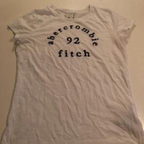Varetype: Bluse Farve: Hvid Oprindelig købspris: 250 kr.  Fin hvid A&F t-shirt, fejler ikke noget og dejlig blød kvalitet    Bytter ikke og prisen er fast