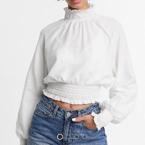 Jeg gør opmærksom på at trøjen er cropped, så den gør kun lige ned og dækker navlen. Trøjen er aldrig brugt, kun prøvet på, da jeg fortrød købet. Jeg er en str. S/M, og trøjen passer mig perfekt.