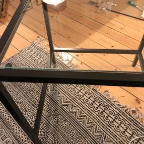 Fint lille glasbord, som har været en del af et sæt. Har aldrig været brugt.Byd gerne 😊