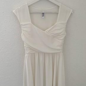 """Fineste hvide kjole fra mærket """"Chiara Forthi"""". Er kun brugt 1 dag i få timer, da jeg blev student. Fantastisk både som konfirmations- el studenterkjole. Har ingen tegn på slid. Se de sidste billeder for en fornemmelse af kjolens pasform 🌸"""
