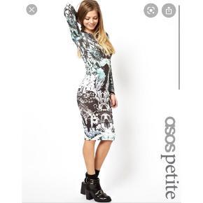 Fin bodycon/kropsnære kjole i blå/hvid/sort mønster fra asos. Har åben ryg 🌸