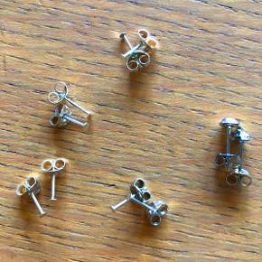 8 ørestikkere - sticks med lille plade fx til at lime perler på.  + 2 stk med øsken, hvor man kan hænge charms eller andet i.  Alle 5 par i nikkelfrit, sølvfarvet metal.  Sælges samlet for kun 20 kr. + evt. porto.  Kan afhentes på Frederiksberg.
