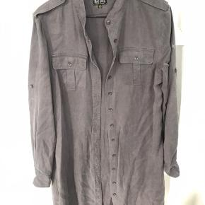 Lækker grå denim skjorte, Perfekt med leggings og er par flotte støvler.  Byd endelig 😊 Deler gerne fragten hvis der købes mere end 1 ting 🥳