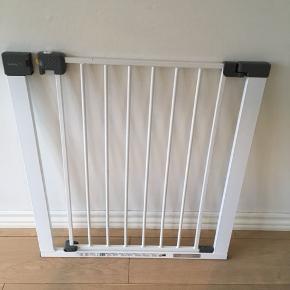 Baby gitter som kan bruges i døråbning eller ved trapper. Måler 68 cm, men kan gøres lidt bredere ved hjælp af tilpasningsskruer