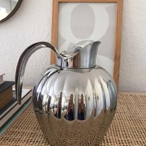 0,8 liter - Krombelagt stål  Bernadotte termokanden fra Georg Jensen er en af de helt store designklassikere.  Design af Sigvard Bernadotte.    Højde: 23,5 cm Dybde: 15 cm Bredde: 18 cm  Brugt maksimalt 4 gange. Står som ny.  Nypris: 1499,-