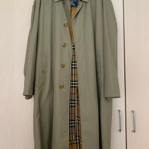 Smuk Burberry trenchcoat. Den er købt i genbrug for 800 kroner. Jeg er selv en M og den er rimelig oversize til mig.