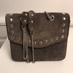 Josephine taske i ruskind fra Núnoo. Tasken kan justeres i længden med kæderne.