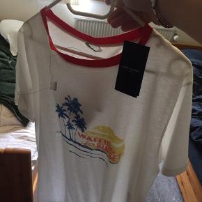 Enormt lækkert Saint Laurent t shirt. Aldrig gået med  Ny pris 2400kr