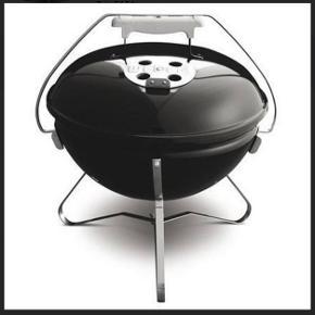 Helt ny Smokey Joe Weber grill. 37cm i diameter. Stadig i kasse. Aldrig brugt. Fået den i gave. Billede er modelfoto. Skal afhentes på Østerbro.