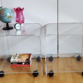 2 plexiglas borde i flot stand. Prisen er pr stk Højde 50 cm, dybde 40 cm og bredde 48 cm Prisen er pr stk 😊