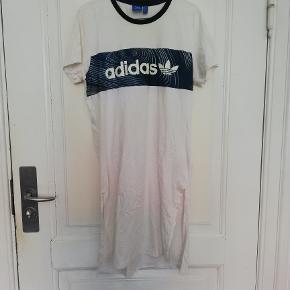 En skøn lang t-shirt/tunika fra Adidas, købt i Argentina. Den er blevet brugt kortvarigt på min rejse, men nu samler den desværre bare støv. Kom med bud!  Se også mine andre annoncer fra Nike, Adidas, Day, Saysky, Newline, Zara og vintage tøj.
