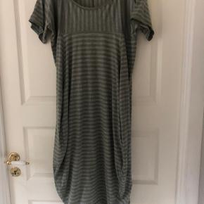 Skøn hjemme-hygge-slaske kjole 🌸 den er stribet grå-oliven med lommer i begge sider...