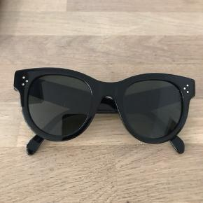 Céline solbriller, sorte. Mindstepris 1800kr plus porto.  Glassene måler ca 6 cm i diameter og højden ca 5,3 cm. Stellet måler ca 14 cm i bredden.