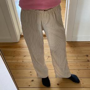 2 x bukser fra Na-kd. Syet om, da de var alt for store. Nu med elastik i livet og ingen lynlås. Passer en XXS/XS. Jeg er 160 høj🌺 Det lyse par har et lille hul ved låret/knæet (se første billede).  Prisen er pr styk.