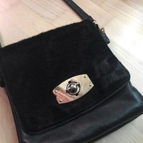 Flot vintage lædertaske med ponyhair foran. Der er plads til en pung, mobil og nøgler