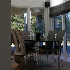 Flotte stole fra Sika Design, fremstår i MEGET pæn stand. Er mest brugt som indendørs spisestue stole, 10 stk. Nypris 1500 kr stk. Sælges for 700 kr stk. De beskriver selv farven som grå, vil mere sige den er sandfarvet.