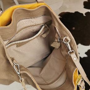 Måler: H. 35 cm B. 44 cm.  Ægte læder