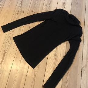 Jeg sælger denne højhalsede bluse fra Tezenis, str. xs. Købt i Bruxelles.