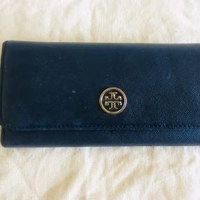 Pre loved Tory Burch Long Wallet leather in Black and blue interior.😊
